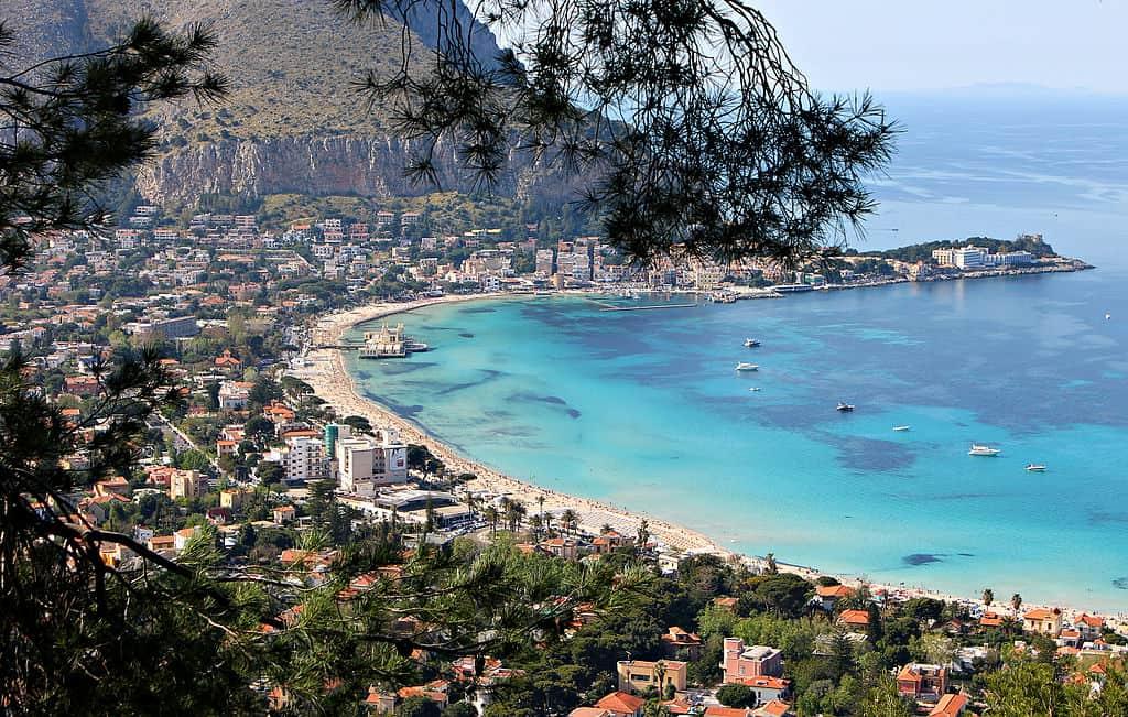 sicilie mondello wikimedia - De 14 mooiste stranden in Sicilië met helderblauw water